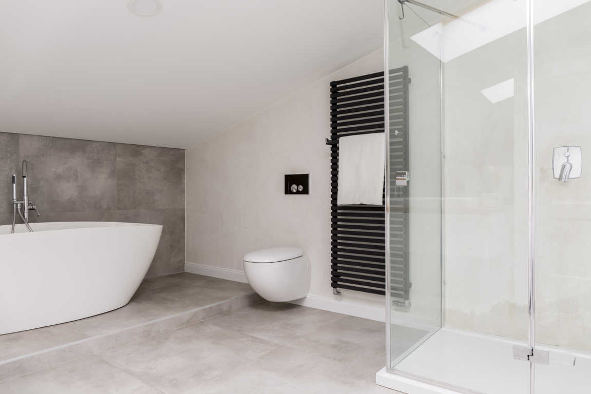 Miles de españoles deciden cambiar bañera por plato de ducha